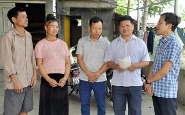 Cán bộ xã Thạch Lương tìm hiểu, nắm bắt tâm tư, nguyện vọng của người dân tại thôn Bản Bát.