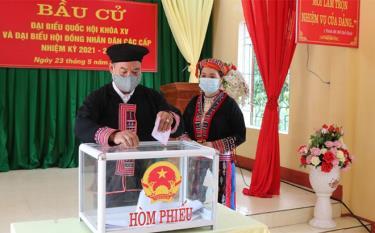 Cử tri đồng bào dân tộc thiểu số xã Quang Minh, huyện Văn Yên tham gia bầu cử.