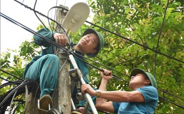 People in Cat village, Tan Lap commune of Luc Yen district together install the lighting system along rural roads.