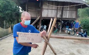 Many households in Nghia Lo township make their own boards to warn of the pandemic situation.