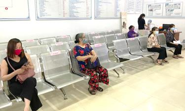 The Viet Trang An clinic provides health checkups and arranges seats to ensure distance between patients.