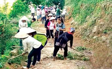 Nhân dân thôn Vàng Ngần chung sức vệ sinh đường nội thôn.