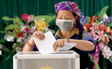 Cử tri huyện Mù Cang Chải phấn khởi đi bầu cử.