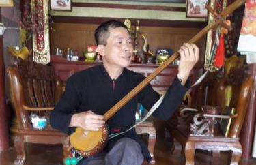 """Artisan Ha Van Nguyen is passionate about """"Tinh"""" playing and """"Then"""" singing – traditional music of Tay people."""