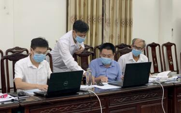 Cán bộ công chức Sở Nội vụ tỉnh Yên Bái cập nhật số liệu bầu cử.