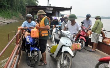 Các chủ đò phát dụng cụ phao cứu sinh cầm tay cho hành khách tại bến đò ngang Y Can - Cổ Phúc.