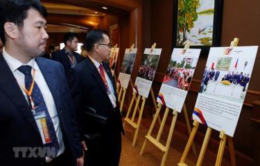Các đại biểu tham quan Triển lãm ảnh Hợp tác ASEAN - Nhật Bản vì sự thịnh vượng.