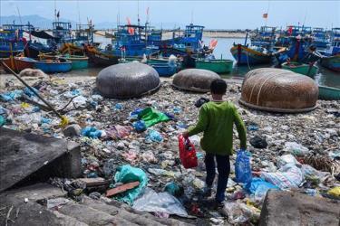 Một tác phẩm tại triển lãm thể hiện thực trạng rác thải nhựa tại bờ biển Việt Nam.