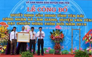 Lãnh đạo Sở Nông nghiệp và Phát triển nông thôn trao Bằng công nhận xã Lâm Giang đạt chuẩn nông thôn mới năm 2019.