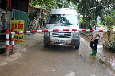 Phun tiêu độc khử trùng các phương tiện giao thông qua chốt kiểm dịch động vật tạm thời tại phường Hợp Minh, thành phố Yên Bái.