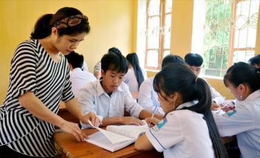 Cô và trò Trường THPT Mù Cang Chải tập trung ôn luyện cho Kỳ thi THPT quốc gia 2019.