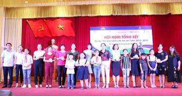 Đại diện lãnh đạo Ban ATGT tỉnh Yên Bái và Quỹ AIP trao Kỷ niệm chương cho 10 trường học tham gia Dự án.