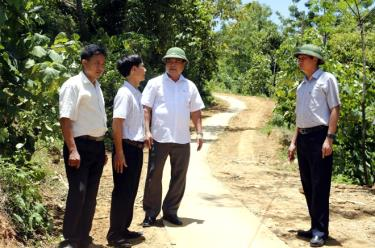 Lãnh đạo huyện Văn Yên trao đổi với cán bộ xã Lang Thíp về xây dựng nông thôn mới.
