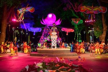 Nằm trong hoạt động của lễ hội diều Huế 2019, tối 8/6 tại công viên Tứ Tượng đã diễn ra đêm trình diễn bộ sưu tập áo dài của nhà thiết kế Viết Bảo.