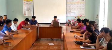 Thầy Nguyễn Ngọc Hoằng (giữa) trao đổi về hoạt động của nhà trường với tập thể cán bộ, giáo viên.