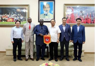 Lãnh đạo VFF tiếp và làm việc với Đại sứ đặc mệnh toàn quyền Nigeria tại Việt Nam, mở ra cơ hội tăng cường giao lưu và hợp tác phát triển giữa bóng đá Việt Nam và bóng đá Nigeria.