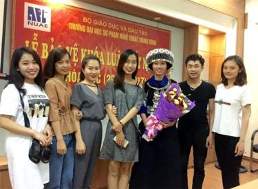 Nữ sinh viên Thào Thanh Dung (thứ ba từ phải sang) tại Lễ bảo vệ Khóa luận tốt nghiệp Trường Đại học Sư phạm Nghệ thuật Trung ương.