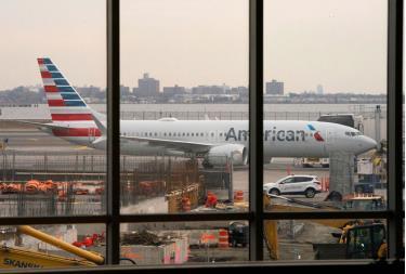 Một chiếc máy bay 737 MAX của American Airlines hạ cánh tại sân bay   LaGuardia, New York