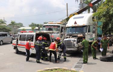Công an Tây Ninh di chuyển các nạn nhân của vụ tai nạn.