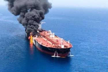 Một trong hai tàu chở dầu bị cháy ở Vịnh Oman, cách bờ biển Iran 14 hải lý.