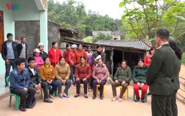 Lực lượng chức năng tỉnh Lạng Sơn tuyên truyền nâng cao nhận thức cho người dân tại xã vùng sâu, vùng xa về phòng chống xâm hại tình dục trẻ em.