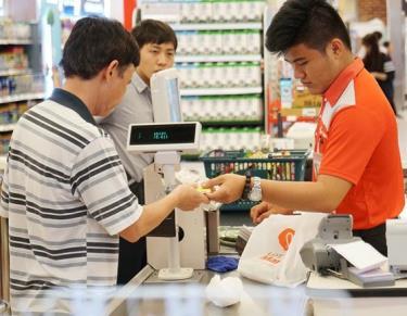 Quẹt thẻ tín dụng mua hàng tại siêu thị
