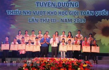 Phó Thủ tướng Thường trực Chính phủ Trương Hòa Bình, anh Lê Quốc Phong, Bí thư thứ nhất Trung ương Đoàn trao tặng Bằng khen của Trung ương Đoàn cho thiếu nhi vượt khó học giỏi tiêu biểu.