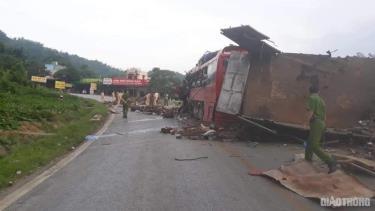 Hai chiếc xe nát bét sau vụ tai nạn