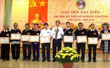 Được sự ủy quyền của Bộ trưởng Chủ nhiệm Ủy ban Dân tộc đồng chí Nguyễn Văn Khánh - Phó Chủ tịch UBND tỉnh trao bằng khen cho 10 cá nhân vì đã có thành tích xuất sắc trong công tác dân tộc và thực hiện chính sách dân tộc của Đảng và Nhà nước giai đoạn 2014 - 2019.