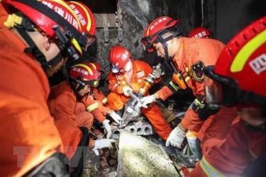 Lực lượng cứu hộ tìm kiếm các nạn nhân mắc kẹt trong trận động đất ở Nghi Tân, tỉnh Tứ Xuyên, Trung Quốc.