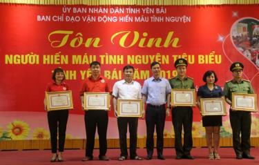 Đồng chí Dương Văn Tiến – Phó Chủ tịch UBND tỉnh tặng bằng khen cho các tập thể có nhiều đóng góp trong công tác tuyên truyền, vận động hiến máu và tham gia HMTN.
