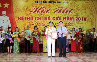 Đồng chí Hoàng Hữu Độ- Bí thư Huyện ủy Lục Yên trao giải nhất cho thí sinh Vũ Phú Cường- Đảng bộ Công an huyện.