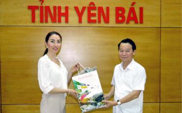 Đồng chí Đỗ Đức Duy - Chủ tịch UBND tỉnh tặng quà cho bà Elise Michel - Tổng giám đốc Công ty chè cao cấp Jean Chardin.