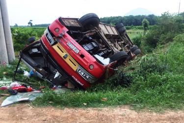 Chiếc xe khách lật ngửa sau vụ tai nạn.