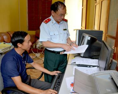 Lãnh đạo Cơ quan Kiểm tra - Thanh tra huyện Trạm Tấu trao đổi nghiệp vụ chuyên môn với cán bộ.