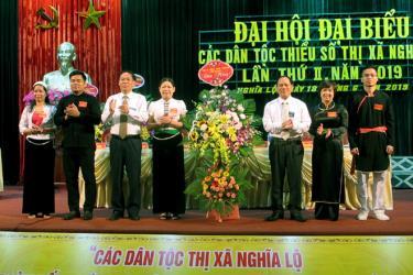 Các đồng chí lãnh đạo tỉnh tặng hoa chúc mừng đại hội