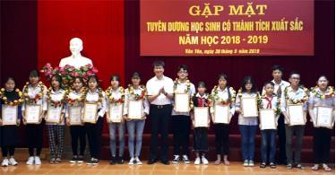 Lãnh đạo huyện Văn Yên trao bằng khen cho các em học sinh có thành tích xuất sắc năm học 2018 - 2019.