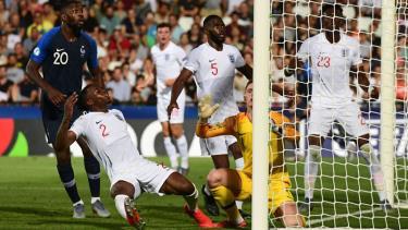 Khoảnh khắc hậu vệ U21 Anh đá phản lưới nhà giúp U21 Pháp thắng trận.