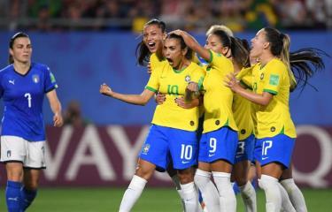 Marta (số 10) giúp Brazil đánh bại Italy.