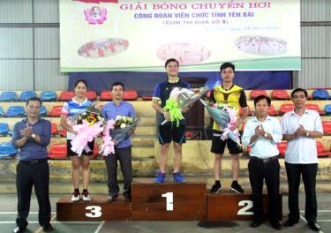 Ban tổ chức trao giải cho các đội bóng chuyền hơi nam xuất sắc tham dự Giải bóng chuyền hơi Công đoàn Viên chức tỉnh - Cụm thi đua số 3.