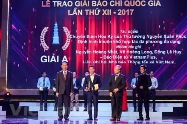 Nhà báo Nguyễn Hoàng Nhật đại diện nhóm tác giả thuộc báo điện tử VietnamPlus nhận giải A Giải Báo chí quốc gia lần thứ 12 năm 2017.