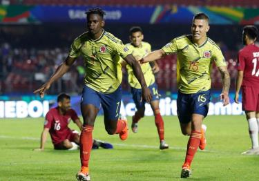 Duvan Zapata (số 7) mang chiến thắng về cho Colombia.