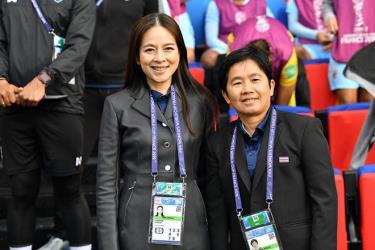 Trưởng đoàn Nualphan Lamsam (trái) và HLV Nuengrutai Srathongvian.