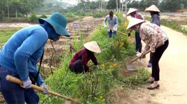 Hội viên phụ nữ tổ 4, thị trấn Thác Bà dọn dẹp vệ sinh đoạn đường tự quản.