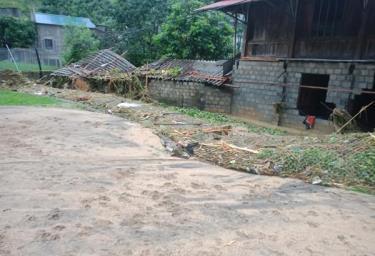 Lũ ống, lũ quét tại xã Bản Hồ, huyện Sa Pa, làm thiệt hại về nhà cửa, tài sản và ách tắc tuyến đường từ trung tâm huyện Sa Pa đến trung tâm xã Bản Hồ.