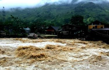 Trong ảnh: Nước trên thượng nguồn đổ xuống bất ngờ, khiến nhiều nhà cửa của người dân bị ảnh hưởng.