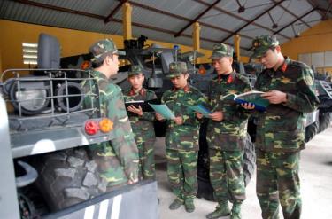 Cán bộ, chiến sỹ Đại đội Thiết giáp (Đại đội 27) trong giờ huấn luyện.
