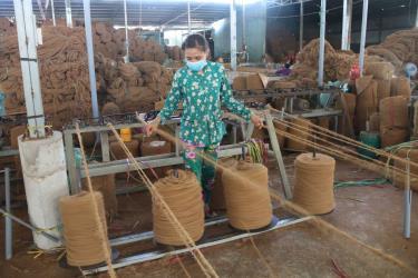 Công ty TNHH MTV Út Mừng, tỉnh Trà Vinh chuyên sản xuất sản phẩm từ chỉ tơ xơ dừa.