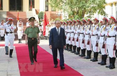 Thủ tướng Nguyễn Xuân Phúc duyệt đội danh dự Công an nhân dân Việt Nam.