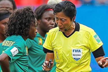 Nữ trọng tài Tần Lượng (phải) nhắc nhở cầu thủ nữ Cameroon.